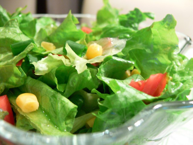 Свежа зелена салата с царевица